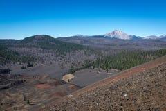 Bij de bovenkant van Cinder Cone, het Nationale Park die van Lassen uit over het landschap aan een berg in de afstand kijken royalty-vrije stock afbeelding