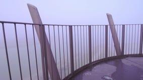 Bij de bovenkant van de toren in de mist stock videobeelden