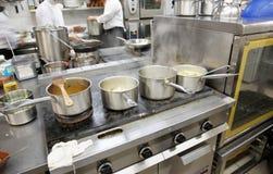 Bij de commerciële keuken - hete baan! Stock Foto's