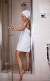 Bij de douche stock fotografie