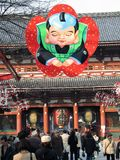 Bij de Hoofdingang van Tempel Senso -senso-ji (Tokyo, Japan) Stock Afbeeldingen