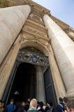 Bij de Ingang aan st. Peter Kathedraal in Vatikaan Stock Afbeelding