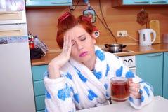 Bij de jonge huisvrouw heeft het hoofd pijn gedaan migraine Stock Foto's