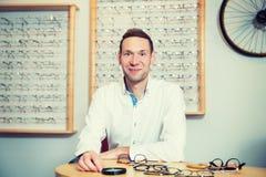Bij de jonge mens van de opticienwinkel met nieuwe glazen Royalty-vrije Stock Afbeelding