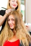 Bij de kapper - de vrouw krijgt nieuwe haarkleur Royalty-vrije Stock Fotografie