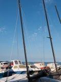 Bij de kust met varende boten Stock Afbeelding