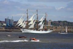 Bij de lange schepenparade van zeil royalty-vrije stock afbeeldingen