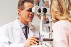 Bij de oftalmoloog stock foto's