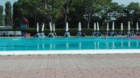 Bij de pool Stock Foto's