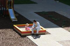 Bij de speelplaats van de kinderen Stock Afbeeldingen