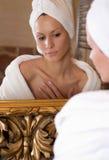 Bij de spiegel royalty-vrije stock afbeeldingen