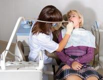 Bij de tandarts Royalty-vrije Stock Fotografie