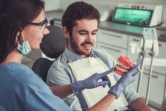 Bij de tandarts royalty-vrije stock afbeelding