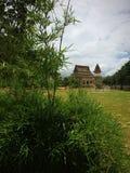Bij de tempel dichtbij de grond Stock Foto's