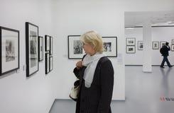 Bij de tentoonstelling. Het Huis van Moskou van Fotografie. Royalty-vrije Stock Foto's