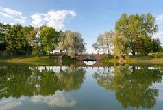 Bij de vijvers van Nesvizh-park Royalty-vrije Stock Fotografie