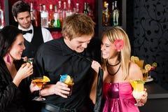 Bij de vrienden van de cocktailstaaf tijdens gelukkige uren Stock Afbeelding