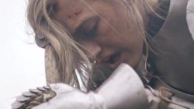 Bij de vrouw van de ridder, een snot die van de neus hangen stock videobeelden