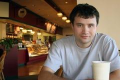 Bij een koffiewinkel Royalty-vrije Stock Afbeeldingen
