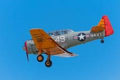 Bij-6G Texan met Rode Neus Met uitgetrokken landingsgestel Stock Foto's