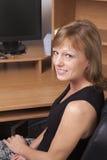 Bij haar bureau Stock Afbeelding