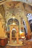 Bij het altaar van een driepoot met kaarsen Royalty-vrije Stock Afbeeldingen