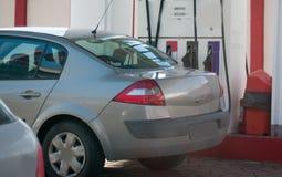 Bij het benzinestation stock afbeeldingen