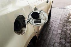 Bij het benzinestation, wordt het kanon gevuld met benzine in de hoed royalty-vrije stock foto