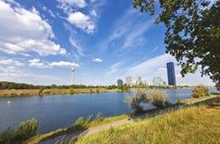 Bij het Eiland van Donau met de Stad Wenen van Donau, de nieuwe gelijkstroom-Toren en de Toren van Donau Royalty-vrije Stock Fotografie