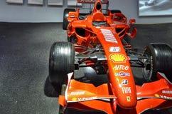 Bij het Ferrari-museum, de ruimte waar Formule van wereldklasse 1 winnende auto's wordt getoond stock fotografie