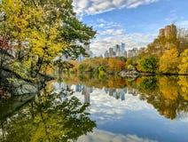Bij het meer in de herfst Royalty-vrije Stock Foto's