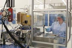 Bij het werk binnen een hoogte - technologiecleanroom Stock Fotografie