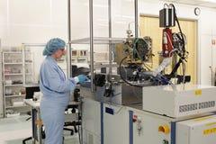 Bij het werk binnen een hoogte - technologiecleanroom Royalty-vrije Stock Afbeelding