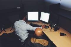 Bij het werk in bureau Stock Foto's