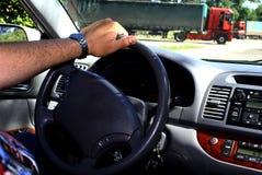 Bij het wiel de auto. Stock Fotografie