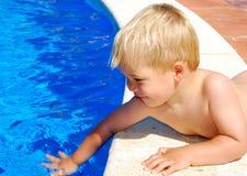 Bij het zwembad Stock Foto's