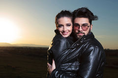 Bij liefdepaar status omhelst in de dageraad en de glimlach Royalty-vrije Stock Fotografie