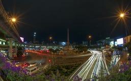 Bij nacht Victory Monument in Bangkok, Thailand Stock Fotografie