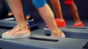 Bij opleiding voor stap kan de aerobics verschillende delen van de heupbenen van de lichaamstaille zien stock footage