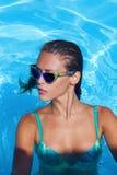Bij pool Stock Fotografie