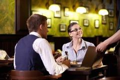 Bij restaurant royalty-vrije stock foto's