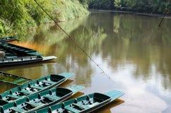 Bij rivieroever heeft een bootwachten om toeristen te nemen om te zien freshwat Stock Afbeeldingen
