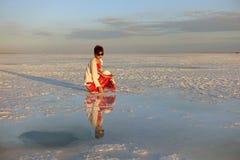 Bij schemer, een toerist in saka zout meer van China van qinghaiprovincie Royalty-vrije Stock Foto's
