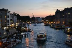 Bij schemer Grote kanaal en Basiliekde Santa Maria della Salute stad van Venetië, Italië, Oude Kathedraal stock foto's