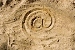 Bij symbool op zand Stock Foto's