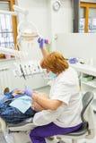 Bij tandarts Stock Foto's