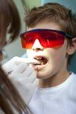 Bij tandarts Stock Fotografie