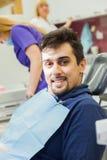 Bij tandkliniek Royalty-vrije Stock Afbeeldingen