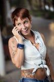Bij telefoon op de straat Stock Foto