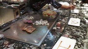 Bij tepanyaki-restaurant, kok achter het werk Civitavecchia, Italië